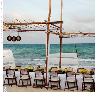 Natural-wood canopies and matching folding chairs perfectly complemented the reception&#39;s relaxed beach setting.