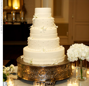 Inside the simple, all-white, five-tiered confection, the layers alternated between chocolate and vanilla.