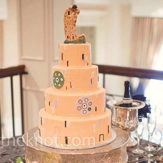 The topper, a figurine based on the famous painting The Kiss by Gustav Klimt, inspired the cake's design.