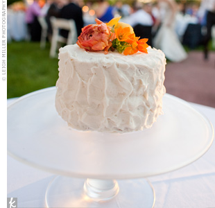 In lieu of a traditional tiered cake, the couple served cupcakes to their guests and requested a petite buttercream cake for the cake cutting.