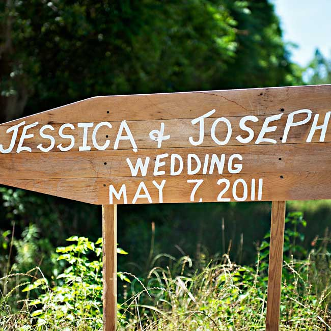 A hand-painted wooden sign directed guests to the plantation.