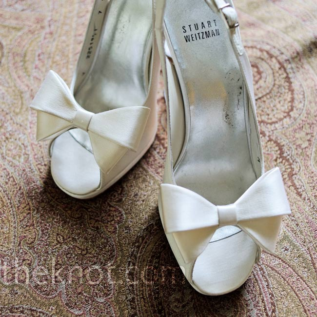 Katie chose champagne colored Stuart Weitzman sling backs with a bow at the peep toe.
