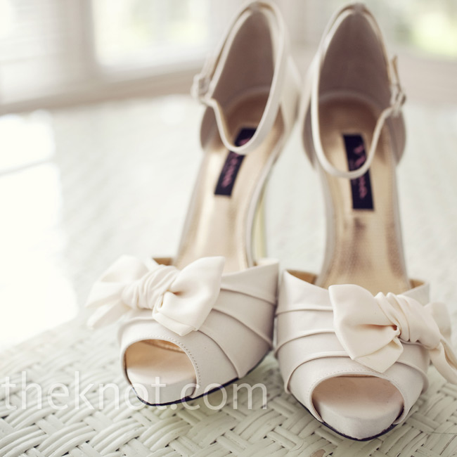 Anelena chose classic and elegant peep-toe heels in ivory by Nina.