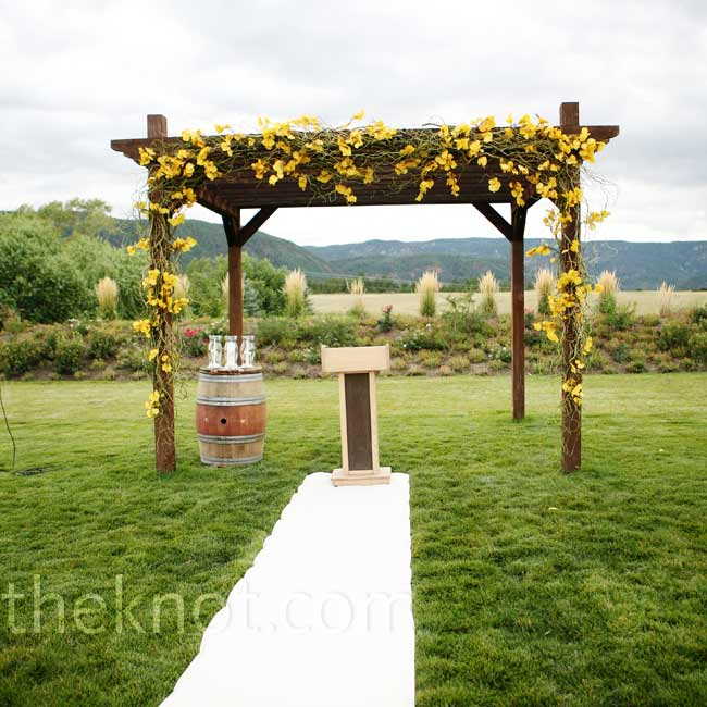 A wooden pergola was decorated with moss and leaves, allowing Colorado's real beauty to shine through.