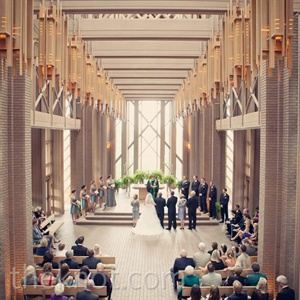 Because the architecture of the chapel was so stunning, Amelia and Bryan didnt need to add any d&#233;cor.