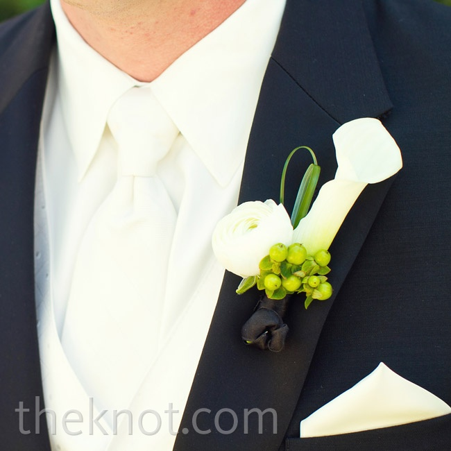 Kyle wore a white calla lily, ranunculus, hypericum berries and bear grass.
