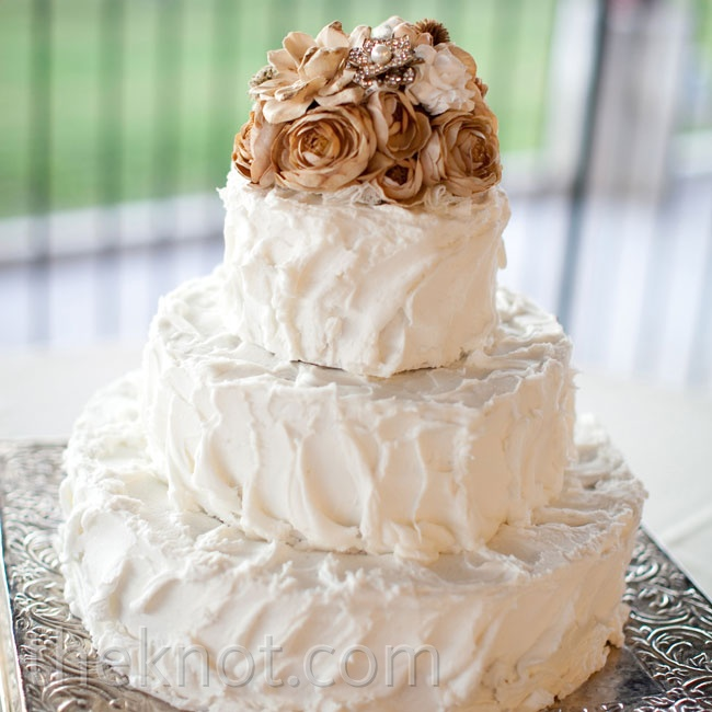 Everything about the cake-from the amber fabric-flower topper to the unevenly frosted icing-kept with the natural theme of the day.