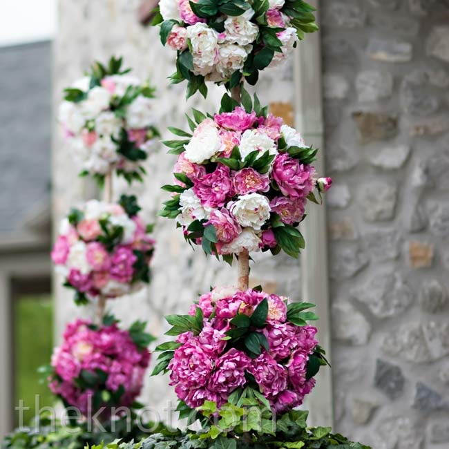 The church entrance was decorated with pink and fuchsia peonies, making a bright first impression.