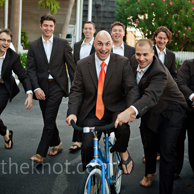 The guys kept it casual in suits and flip-flops. Tom stood out in an orange iridescent tie.