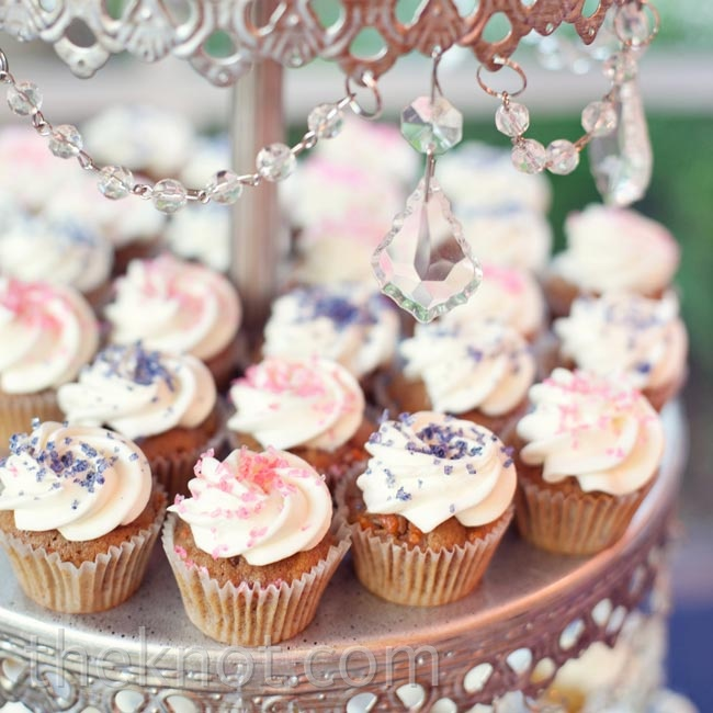 In addition to candy and cake, the couple served mini cupcakes after dinner.