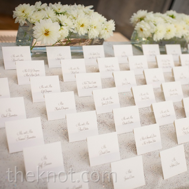 White cards were simply presented, with dahlias as an accent.