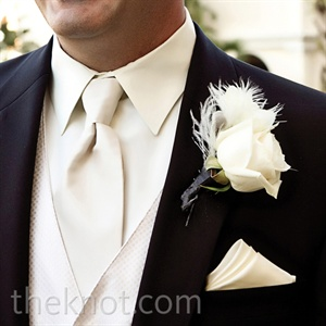 To complement Ashley's bouquet, Jaime had a single ostrich feather woven into his boutonniere.