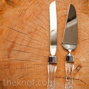 The cake cutting took on a hint of glamour, thanks to this knife set with unexpected clear handles.