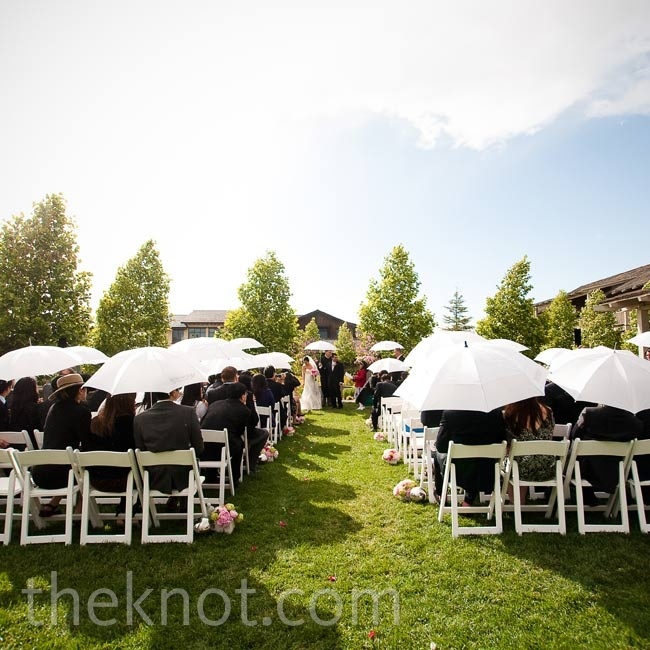 Thankfully, the venue provided chic white umbrellas for when an unexpected drizzle came down during the ceremony.