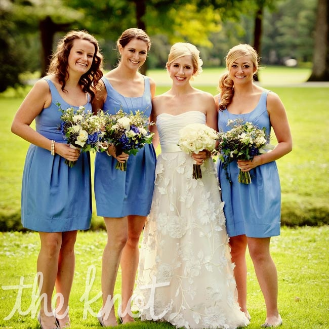 The structured fit of these scoop neck dresses flattered all of Annie's bridesmaids.