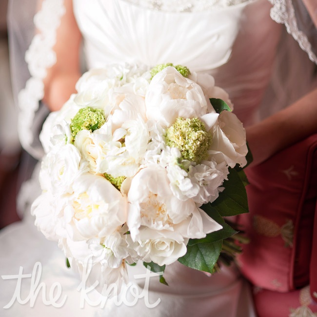 Jenifer carried a romantic bouquet of ranunculus, peonies and hydrangeas.