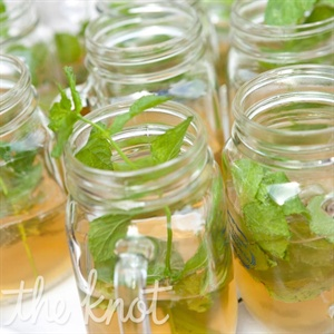 Mint juleps and Arnold Palmers were served up in Mason jar mugs, which the guests took home at the end of the night.