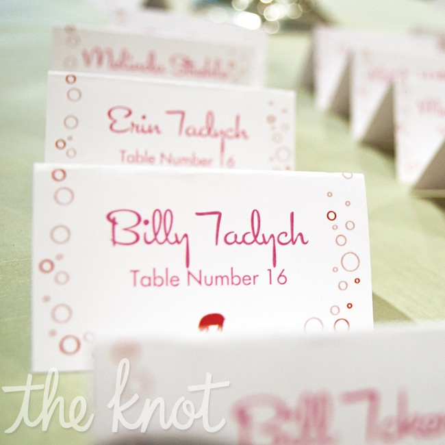 Each escort card featured a red champagne-bubble motif to play up the glitzy mid-century theme.