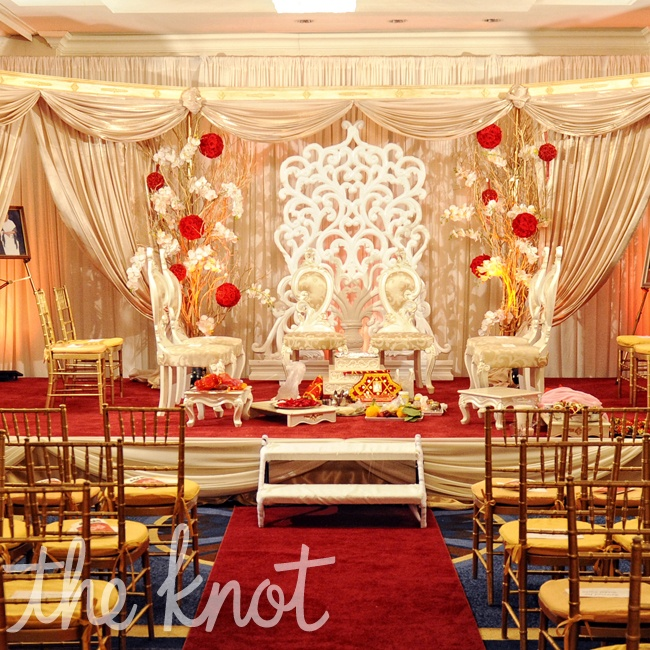 The red ceremony aisle was decorated with rose flower balls and golden laurel trees.