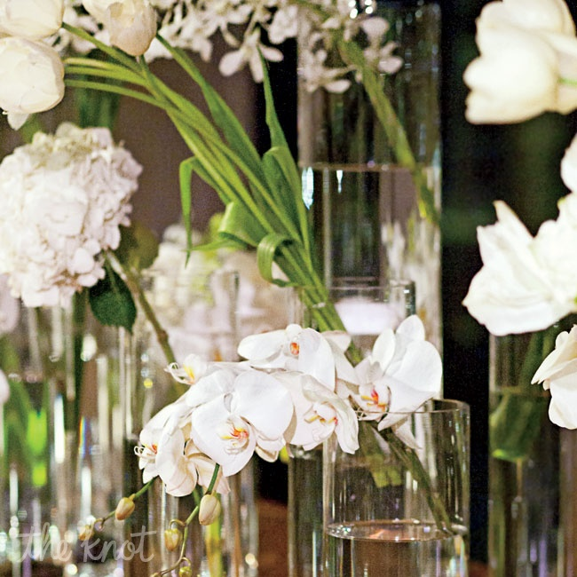 Gloria Wong chose white flowers to decorate the museum space and keep an organic feel.