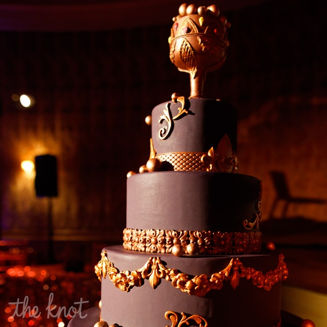Every detail reflected thoughtful consideration of the venue. Gold laser-cut appliqués on the dark-chocolate cake mimicked architectural elements in the space, while tables formed a rectangle around the atrium.