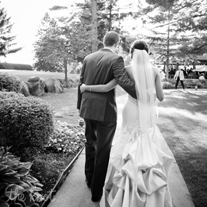 Stephanie's simple veil had scalloped beading that matched her dress.