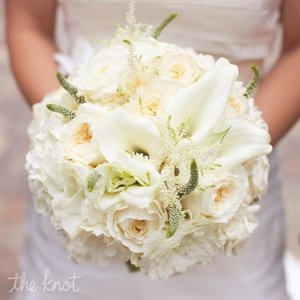 Jessica carried a romantic all-white bouquet of calla lilies and garden roses.