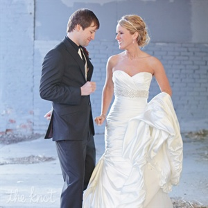 Heather wore a figure-flattering mermaid gown with a sweetheart neckline. Jared wore a black tux and accessorized with low-top Converse sneakers.