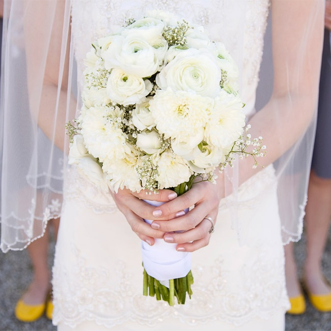 Alina carried a lush bouquet of white ranunculus, dahlias and roses.