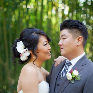 Steve wore a classic gray suit with a white ranunculus, green hypericum berry and seeded eucalyptus boutonniere.