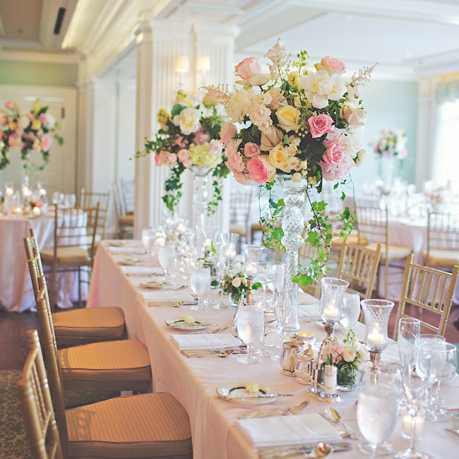 Fresh bunches of roses, astilbes, hydrangeas and peonies in glass pedestals decorated the tables.