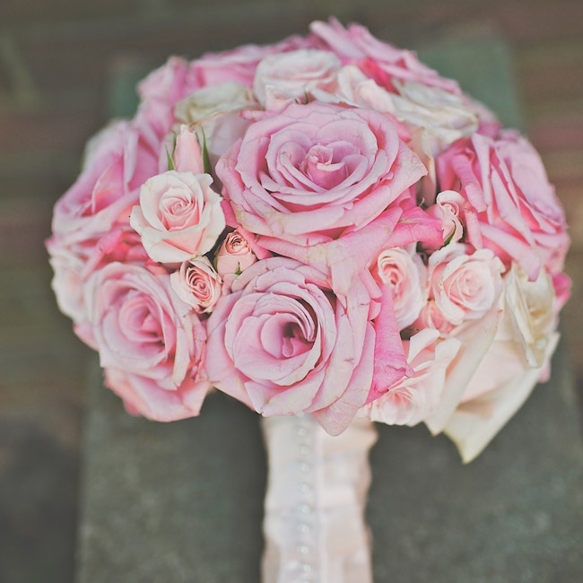 In her bouquet, Elise carried fresh pink roses in various shades.