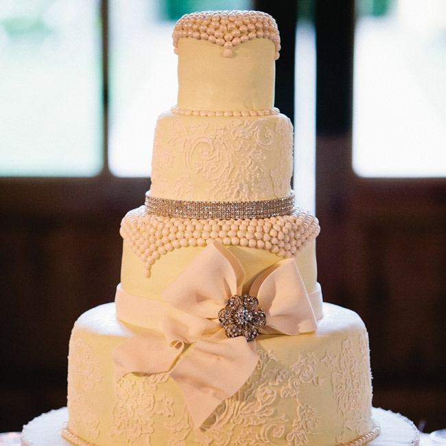 Crystal and lace accents added fashion to the cake.
