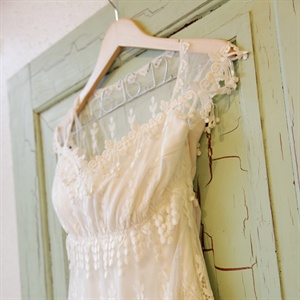 Jori found her dress at a small boutique and from the moment she put in on she fell in love with the dress. She felt elegant yet relaxed and comfortable, everything she was hoping for.