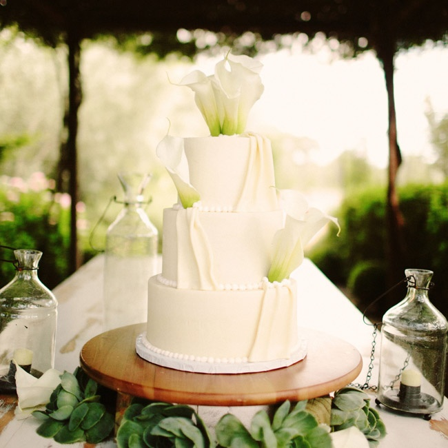 Fresh calla lilies were the perfect addition to the elegant white-chocolate-ganache-frosted cake.
