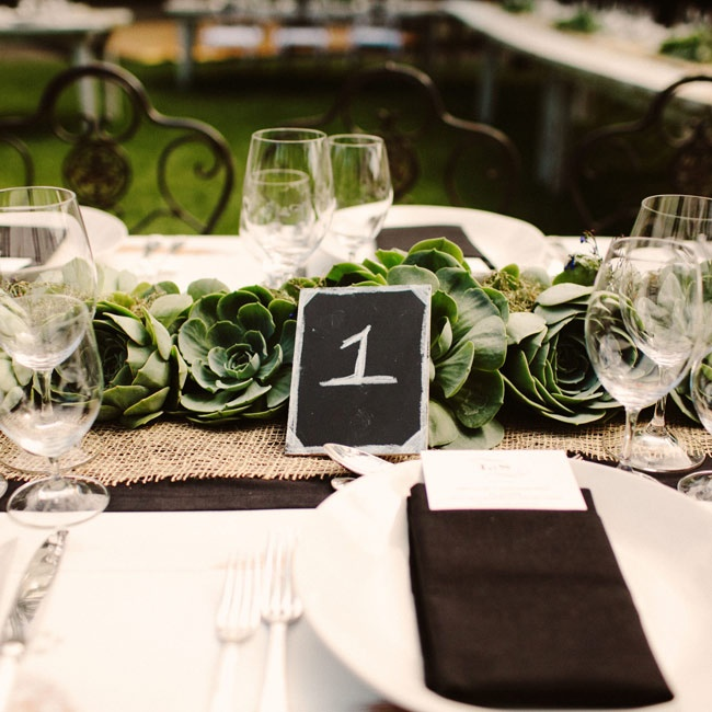 Mini chalkboards served as no-frills table numbers.