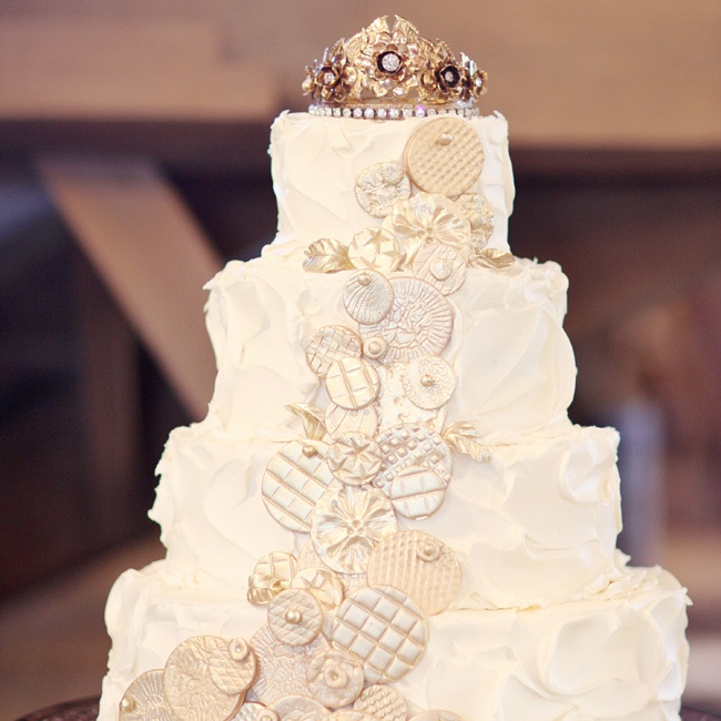 An antique crown added a vintage touch to the top of the cake.