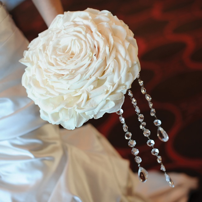 Ilana carried a big white rose bouquet that was made out of multiple blooms.