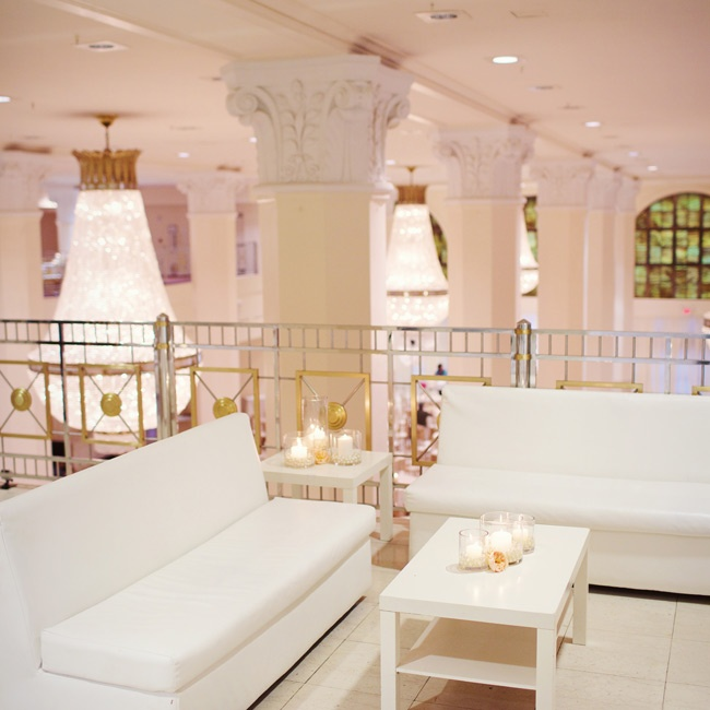 Guests could relax in the lounge area on the mezzanine of the reception hall.