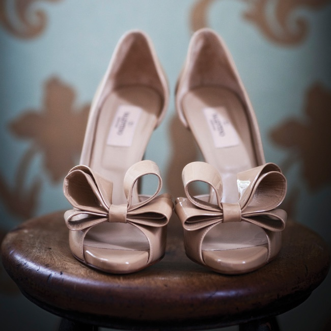 Liz's nude peep-toe pumps featured large, flirty bows.
