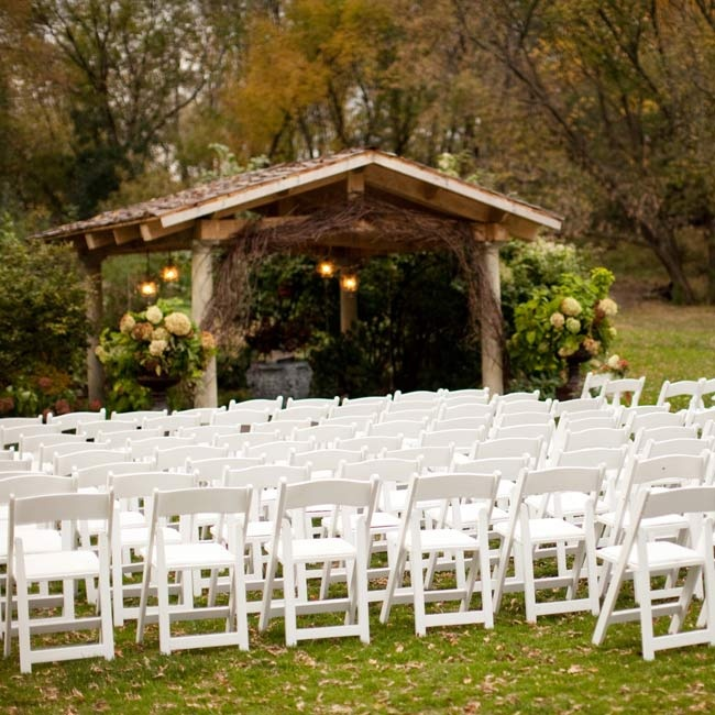 So as not to take away from the beautiful surroundings, the couple simply added some floral arrangements and white garden chairs.