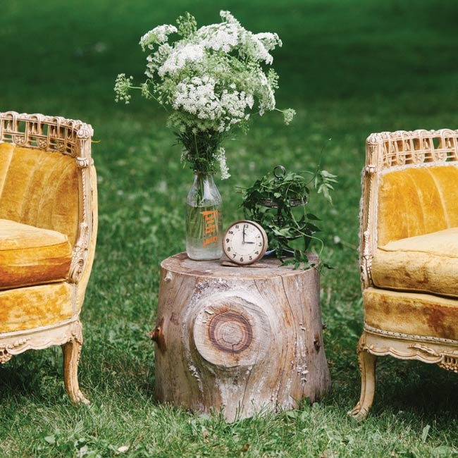 Gold vintage couches and rustic touches like tree stumps decorated the reception lounge area.