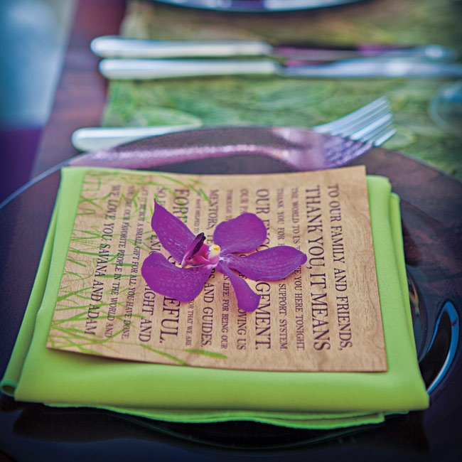 Thank-you cards made of thin pieces of wood rested on bright-green napkins.