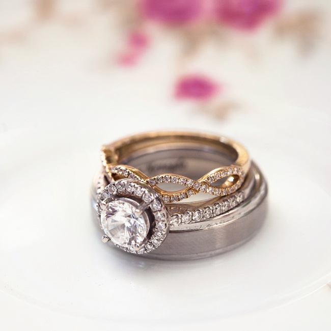 Kelly's rings included a round-cut diamond and a yellow-gold wedding band.