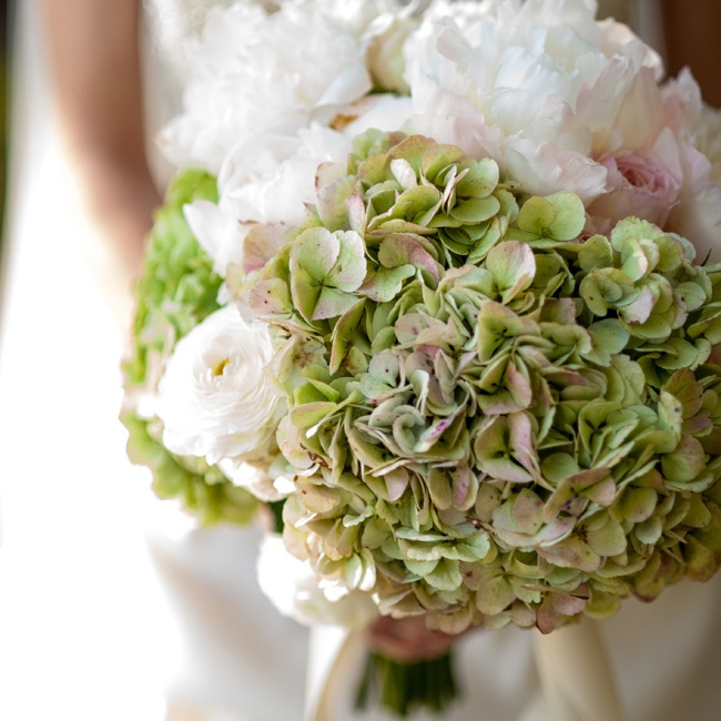 Kate carried a lush, textured bunch of green hydrangeas, blush roses and white peonies and ranunculus.