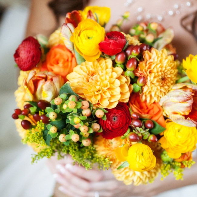 She held a bold yellow-and-red