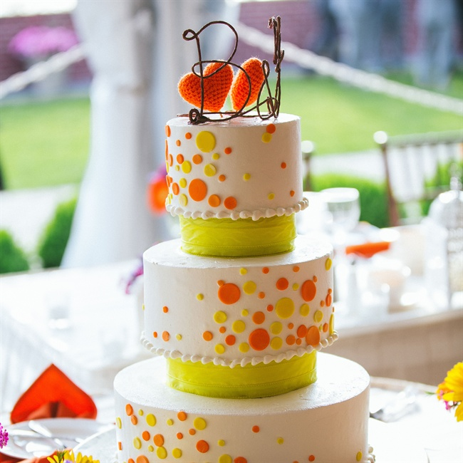 Polka dots in neon hues added a playful touch to the wedding cake.