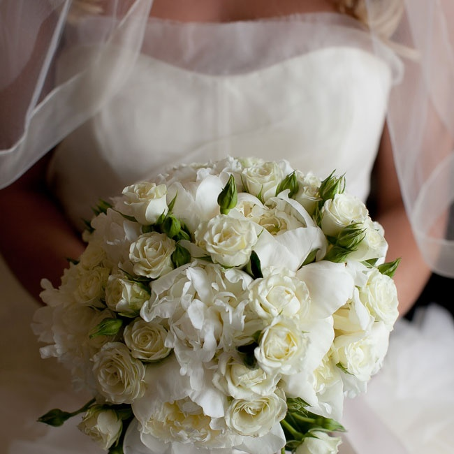 Jenna carried a lush, timeless bouquet of white roses and peonies.