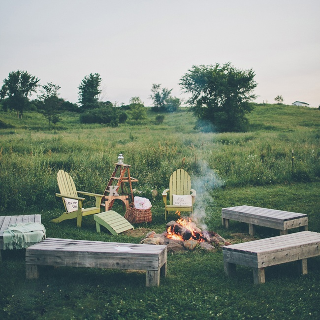 In true country fashion, guests could sit around a bonfire as an alternative lounge area near the reception.