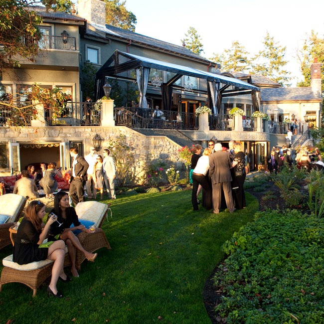 Guests enjoyed cocktails and h'ors d'oeuvres outside before the reception began.
